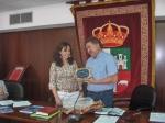 La nueva Presidenta entregando una placa conmemorativa al anterior Presidente, Martín González
